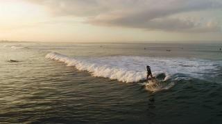 女性,勇敢,冲浪,大海,运动,女性冲浪者在蓝色的大海中冲浪骑行视频素材