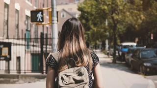 背包,阳光,纽约,女孩,休闲,快乐,女孩,慢动作,相机跟着背包走在阳光明媚的纽约街头过着休闲快乐的生活方式慢视频素材