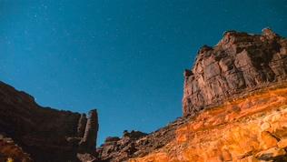 拍摄延时时光流逝沙漠峡谷星星在夜间旋转