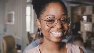 美国,微笑,特写,ceo,非裔,愉快的微笑的非裔美国人的公司CEO特写镜头画象在现代顶楼办公室视频素材