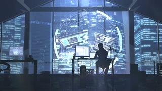 晚上Web开发人员在摩天大楼背景剪影