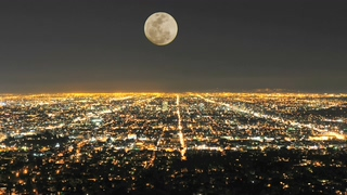 月亮升起,城市,车流,延时,夜晚城市上空月亮升起延时视频素材