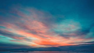 南极自然美丽多彩的日落多云的天空