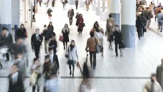 亚洲,日本,东京,上班族在高峰时段步行穿过涩谷站视频素材