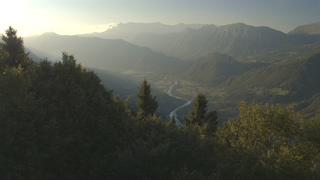 航拍,早晨,山谷,河流,航怕在有雾的早晨蜿蜒的河流蜿蜒穿过山谷视频素材