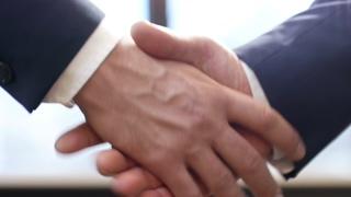 握手,商业,伙伴,成交,慢动作拍摄两个商业伙伴握手的特写视频素材